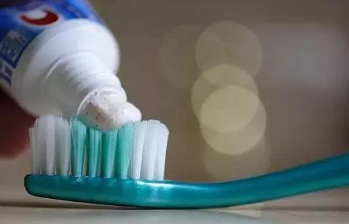 tẩy lông chân bằng kem đánh răng và muối