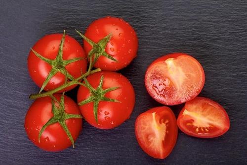 Mẹo xóa hình xăm bằng cà chua