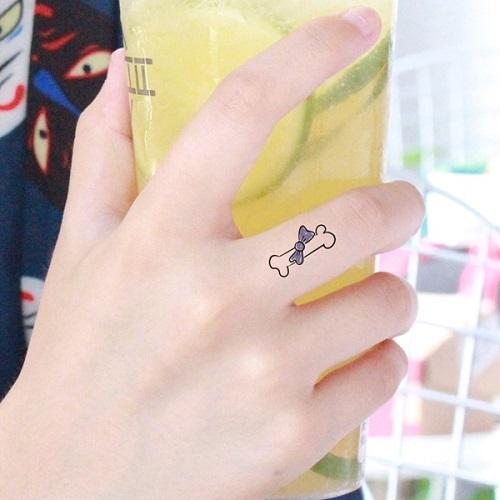 hình xăm nhỏ ở ngón tay