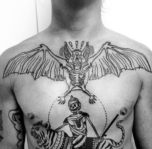tattoo con dơi ở ngực